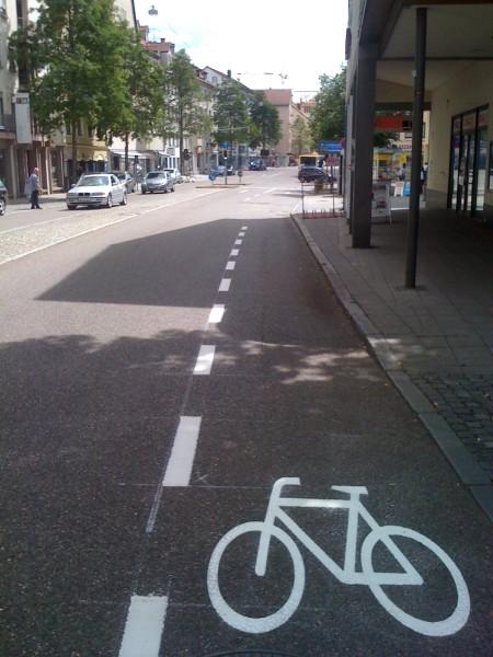 Scharfen Schlenker nach links machen, oder die Busspur (im Hintergrund) endlich mitbenutzen duerfen?